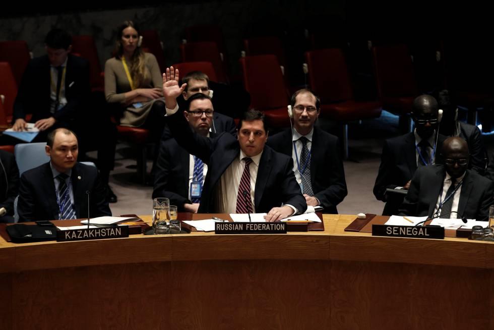 Vladimir Safronkov, representante de Rusia en el Consejo de Seguridad de la ONU, con la mano alzada este martes en Nueva York.