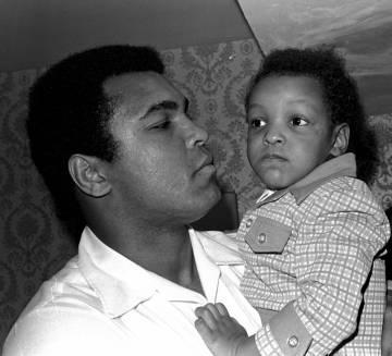 Ali con su hijo en 1975.