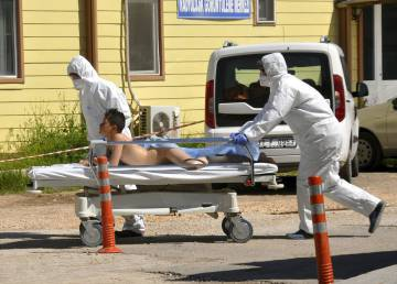 Personal turco evacua a una víctima del ataque químico en Siria, este martes