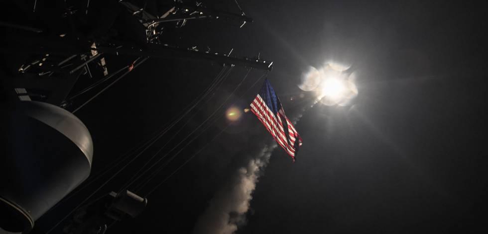 El destructor estadounidense USS Porter lanza un misil contra Siria, hoy.