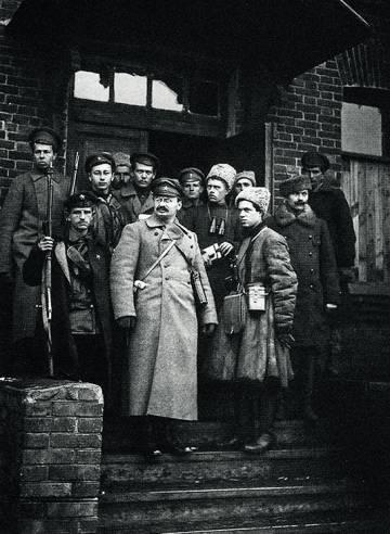León Trotski, que dio las ordenes finales para el golpe, en una imagen con sus guardaespaldas.