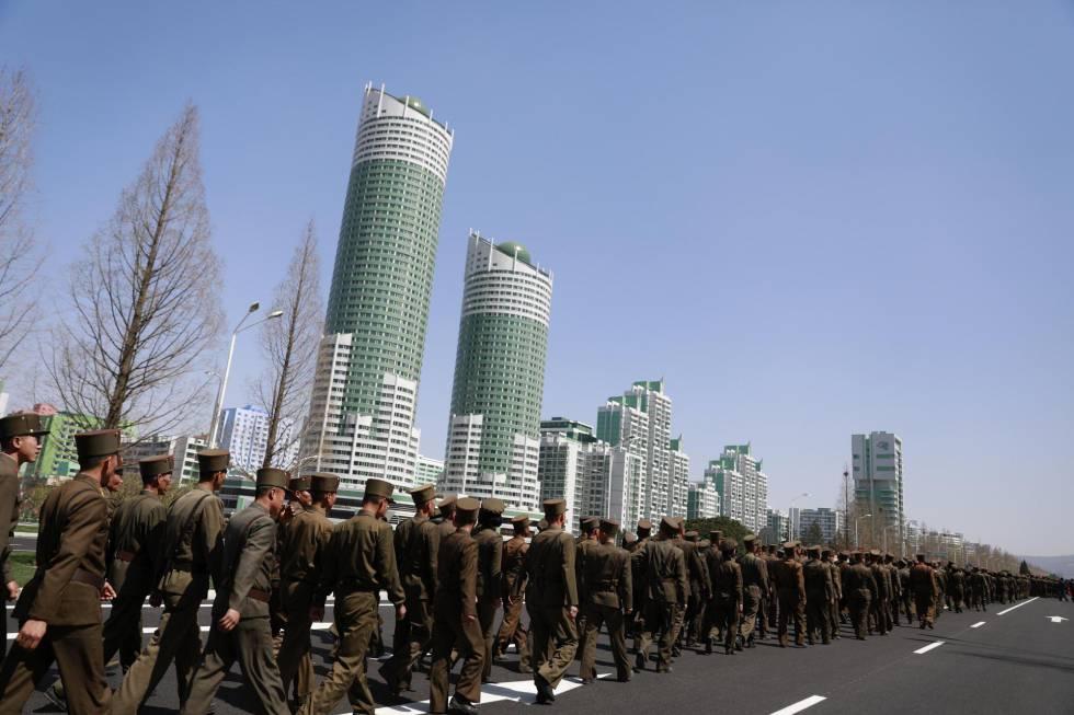 Soldados marchan por la calle Ryo Myong tras una ceremonia de inauguración de un nuevo proyecto de desarrollo residencial en Pionyang, en abril