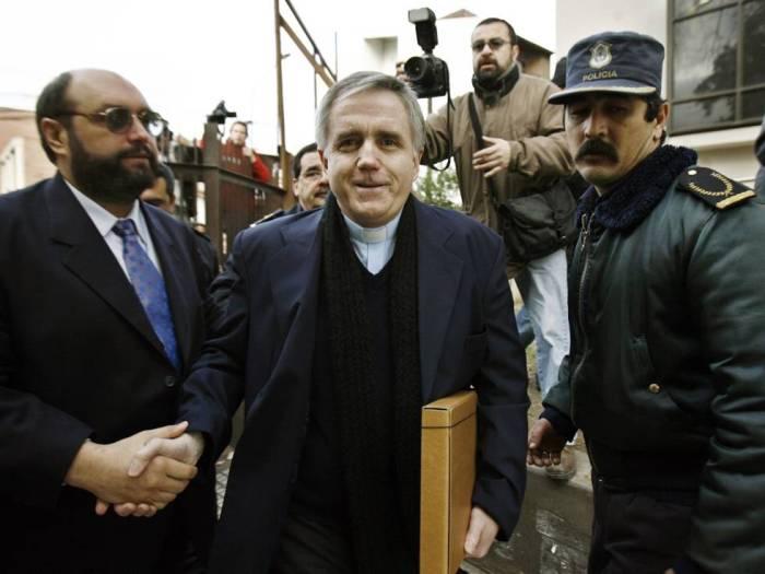 El sacerdote Julio Grassi llega en agosto de 2008 a un juzgado de Morón, cerca de Buenos Aires.
