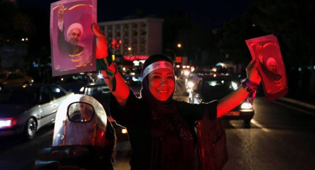 Una seguidora del presidente Rohaní, en una calle de Teherán.