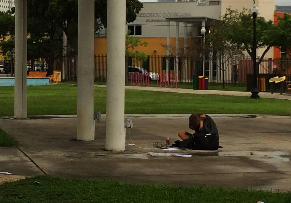 Jovem viciado no bairro de Overtown (Miami).
