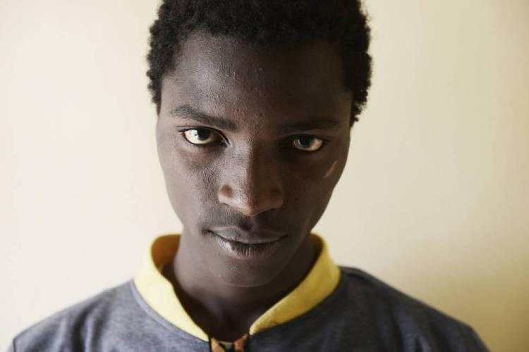FOTOGALERÍA: A las puertas del infierno.   Abou Bacar, nacido en Gambia, fue vendido en un mercado de esclavos de la ciudad libia de Sabha.