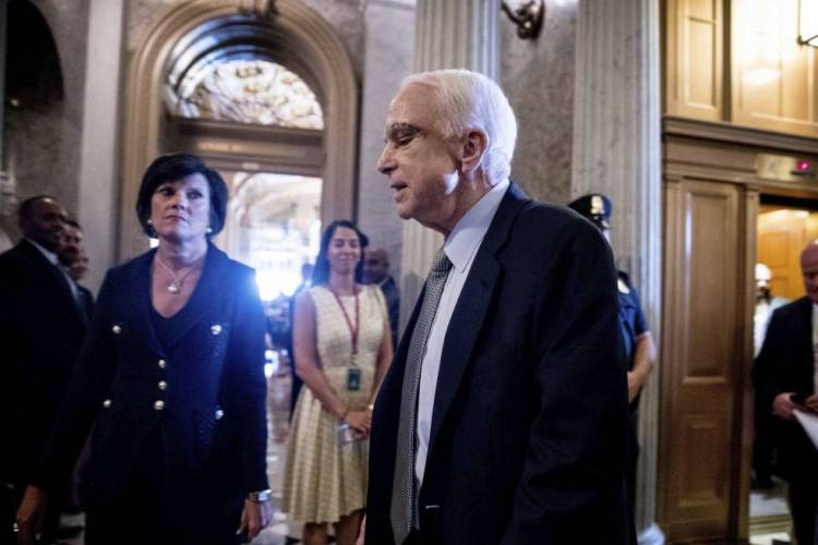John McCain, a su llegada al Senado.