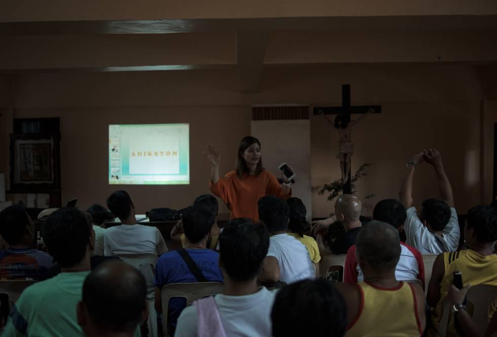 Terapia de reabilitação na igreja de San Roque, Caloocan, guiada pela psicóloga Jigette Cyril.