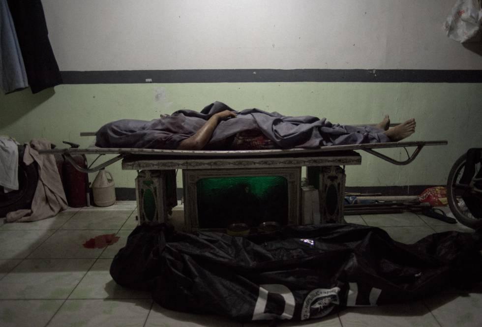 Cadáveres de pessoas assassinadas na funerária Eusebio, em Caloocan, Manila.