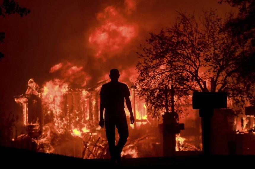 Jim Stites observa como se quema parte de su barrio en Fountaingrove, California.