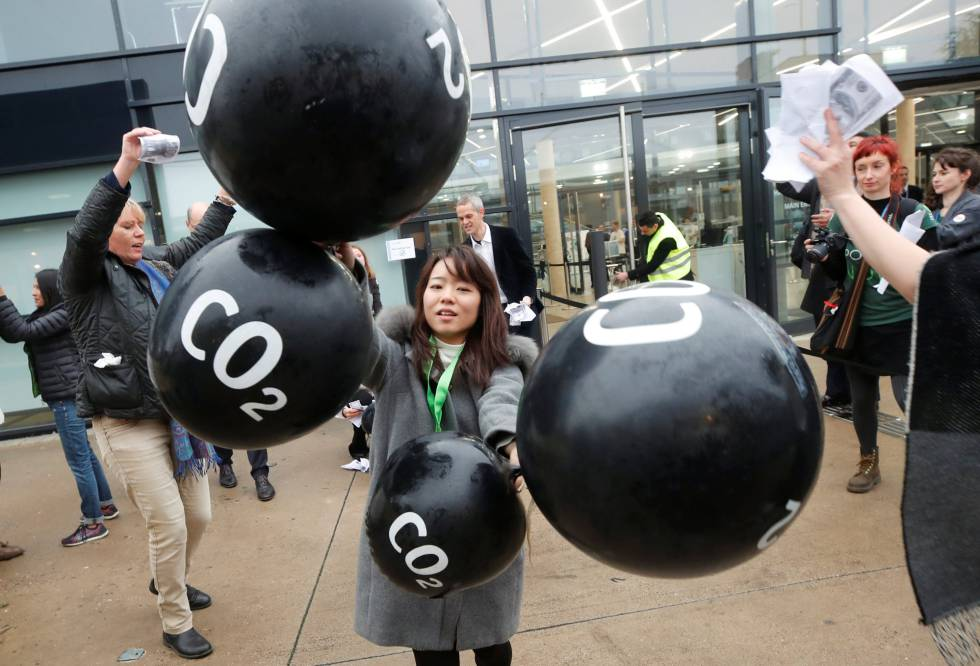 Protesta de activistas contra los combustibles fósiles en la cumbre de Bonn.