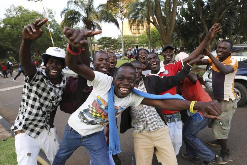 Zimbabuenes celebran la dimisión de Mugabe en las calles de Harare este martes.