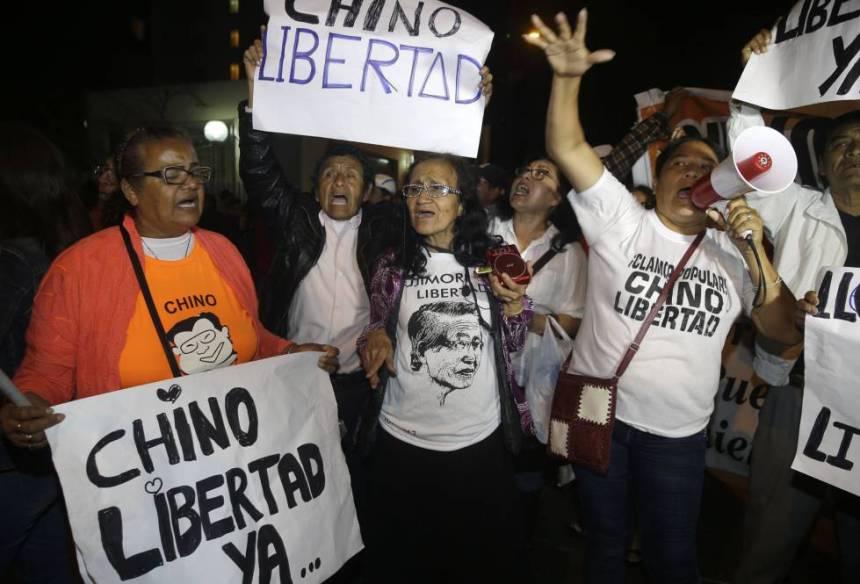 Partidarios de Fujimori celebran el indulto a las puertas de la clínica donde está ingresado en Lima.