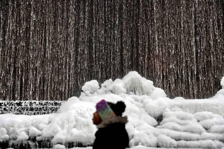 Una fuente helada en Atlanta, este miércoles.