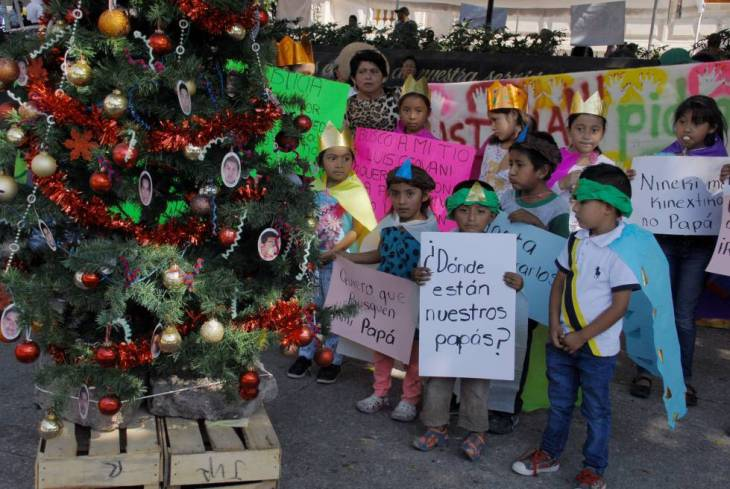 Niños mexicanos en una protesta por sus familiares desaparecidos este enero.