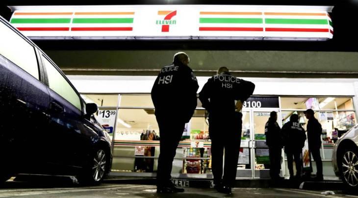 Agentes de la policía frente a un 7-Eleven este miércoles de madrugada.