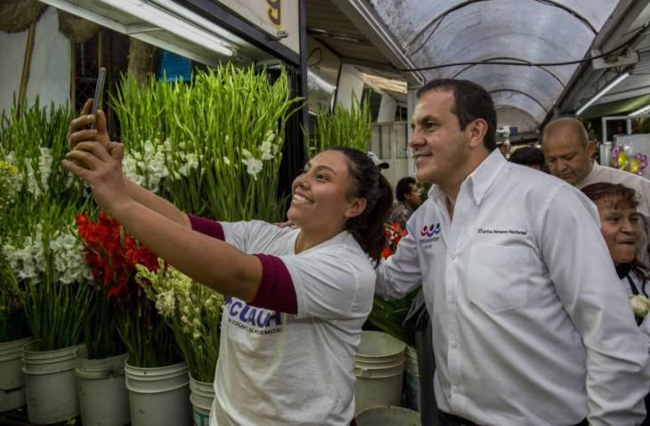 El candidato del PES a la gubernatura de Morelos Cuauhtémoc Blanco se toma fotografías con sus seguidores en el mercado principal de Cuernavaca.