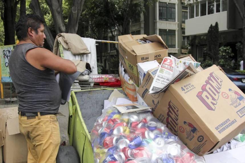 Un hombre separa basura en la Ciudad de México.