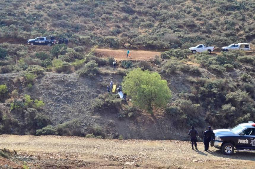 Los policías trasladan el cuerpo de un hombre encontrado en los alrededores de una mina en Zacatecas en 2017.