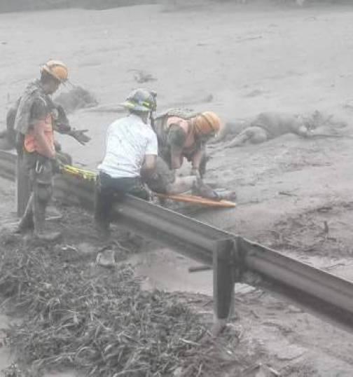 Trabajos de rescate bajo la lluvia de ceniza en Guatemala, este domingo.