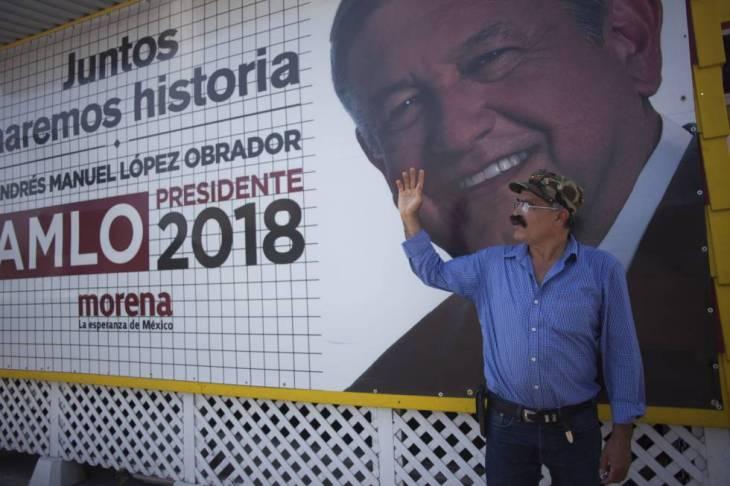 Arturo Cervera junto a la fachada de su negocio.