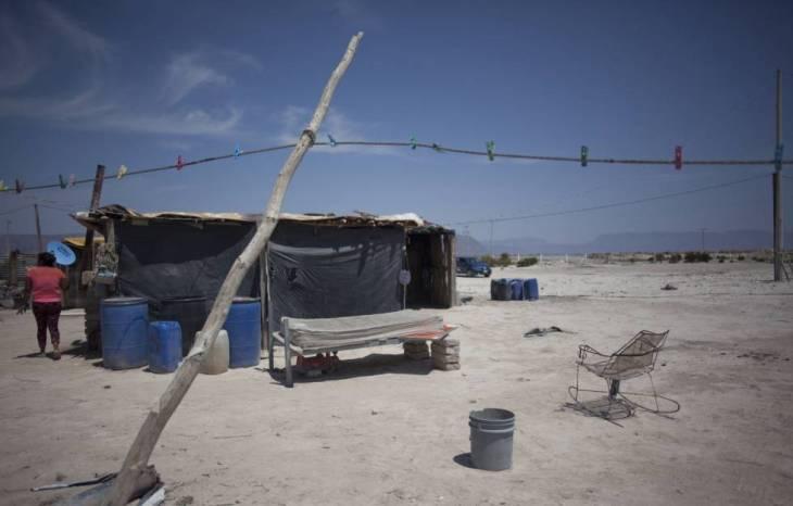 Araceli Regalado, junto a su casa en el desierto.