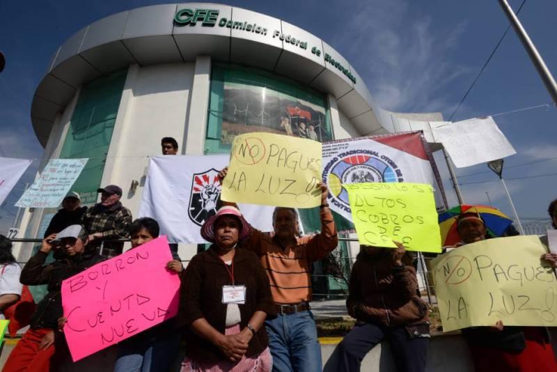 Manifestantes en contra del alza de tarifas eléctricas en México.
