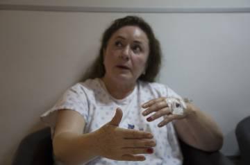 Delia Arrieta, una de las pasajeras del avión accidentado en Durango, explica lo sucedido a sus familiares en el Hospital de la Paz
