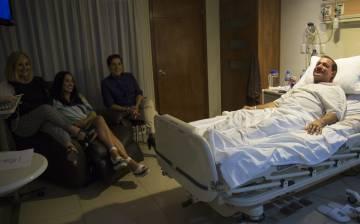 El secretario general del PAN en Durango, Rómulo Campuzano, en el Hospital San Jorge tras resultar herido en el accidente aéreo de Aeroméxico