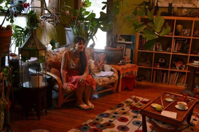 Jenny Stello en el salón de su casa en Takoma Park.