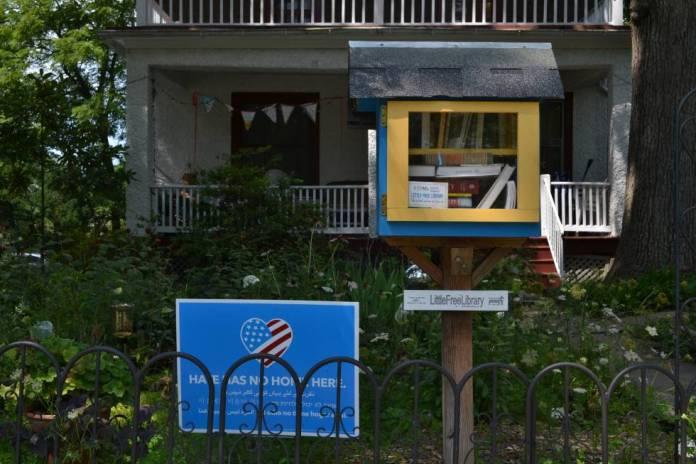 Una caseta de intercambio de libros en el patio de una casa.