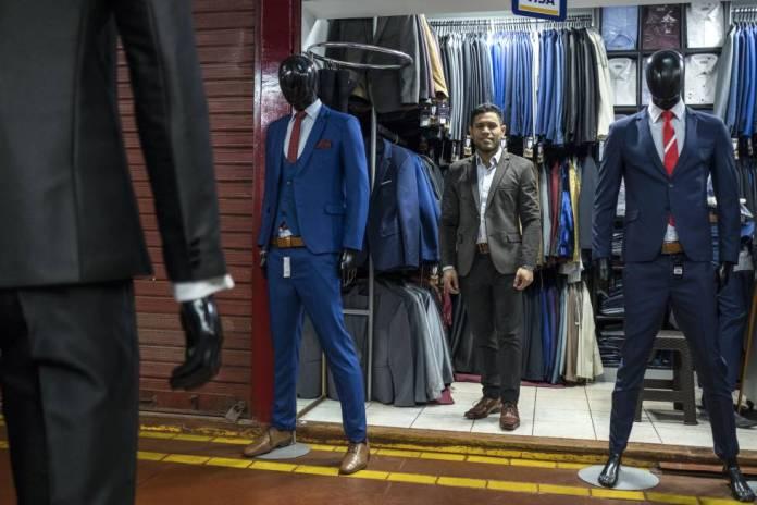 Valentín Duarte, publicista que trabaja vendiendo trajes en Lima.