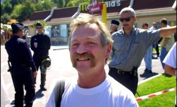 Jose Bové, durante um protesto contra o McDonald's, em 1999.