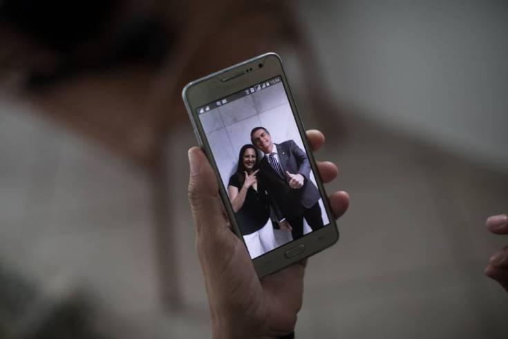 Sonia Bisola muestra una foto junto a su amigo Jair Bolsonaro