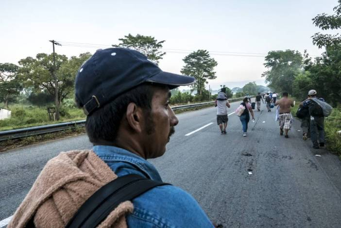 Manuel camina por la carretera de Huixtla, Chiapas.