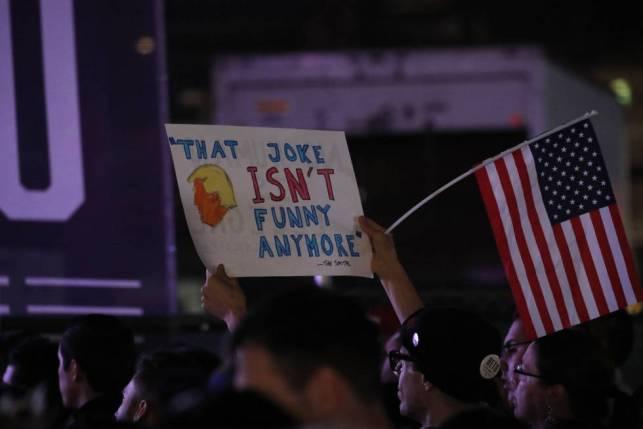 Un seguidor de beto O'Rourke con un letrero contra Trump.
