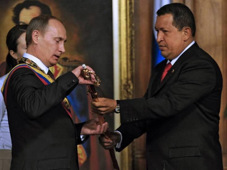 Hugo Chavez muestra a Vladímir Putin una réplica de la espada de Simón Bolívar, en Caracas en 2010.