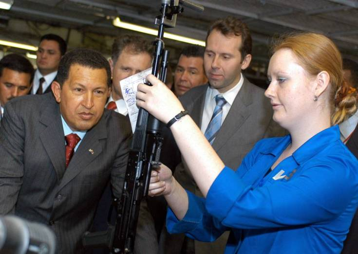 Hugo Chávez observa un rifle de asalto Kaláshnikov en la fábrica que los produce en Izhevsk, en 2006.
