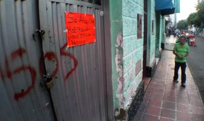 Un hombre en el centro de San Antonio, donde se ha extendido el negocio del alquiler de habitaciones por horas.