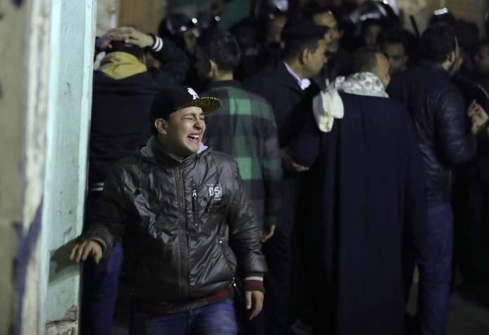 Una persona llora tras el atentado de este lunes contra varios policías en El Cairo.