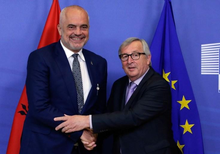 El primer ministro de Albania, Edi Rama, estrecha la mano del presidente la Comisión Europea, Jean-Claude Juncker, este martes en Bruselas.