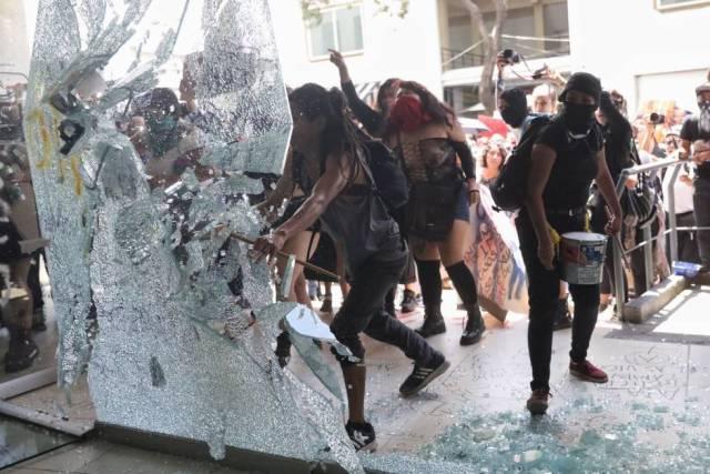 Mujeres protestan en contra de los abusos sexuales por parte de la policía.