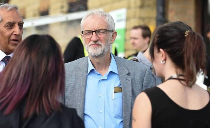Jeremy Corbyn visita la localidad de Whaley Bridge, en Inglaterra, el 5 de agosto.