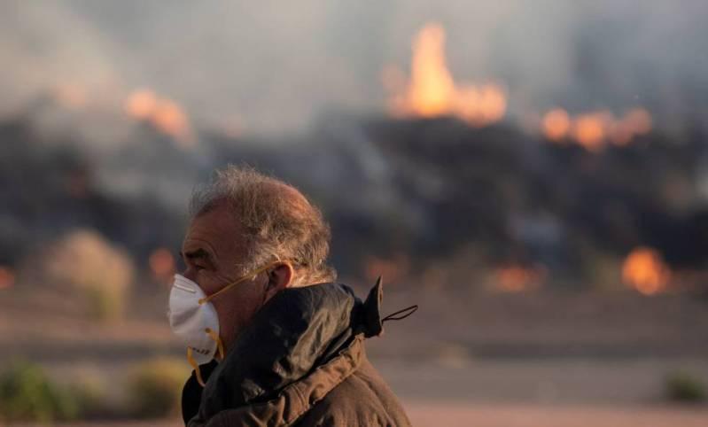 Vista del incendio desde las casas de Simi Valley, California.
