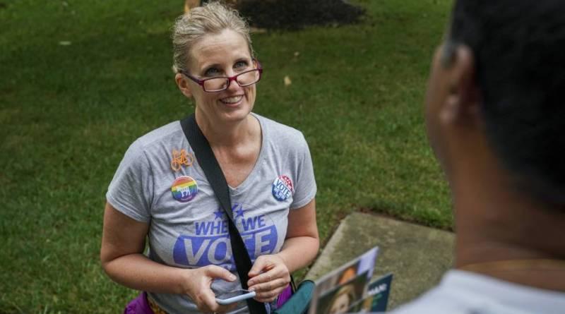 """USA. Juli Briskman la ciclista que fue despedida por hacer """"pistola"""" a Trump gana elecciones en Virginia"""