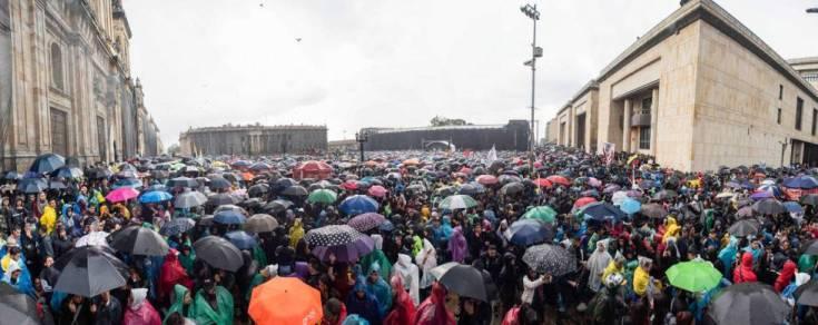 Así se veía la Plaza Bolívar hasta pasadas las 3 de la tarde. Repleta de manifestantes en calma.