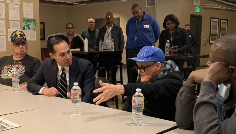 Castro, en una mesa redonda con veteranos sin hogar, en Los Ángeles.