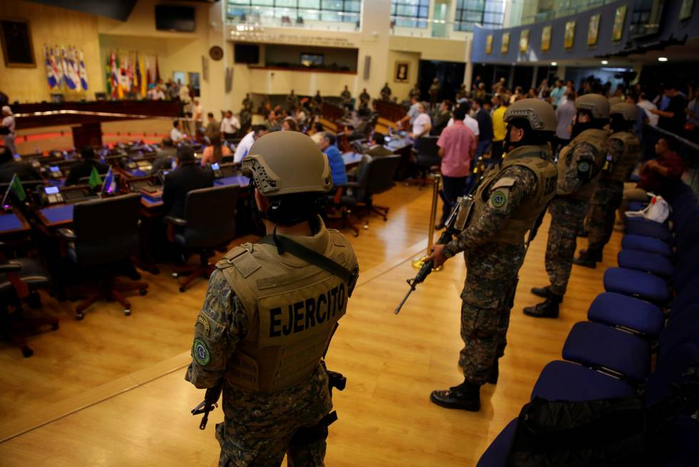 Militares tras irrumpir en la Asamblea de El Salvador.