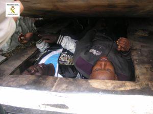 Dos inmigrantes ocultos en el doble fondo de una furgoneta. Foto: Guardia Civil española.
