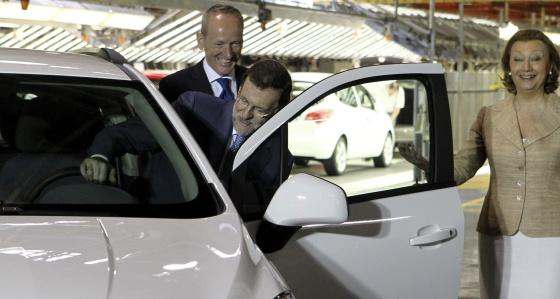 l presidente del Gobierno, Mariano Rajoy, junto a la presidenta del Gobierno de Aragón, Luisa Fernanda Rudi, en la fábrica de Opel en Figueruelas (Zaragoza) / JAVIER CEBOLLADA (EFE)